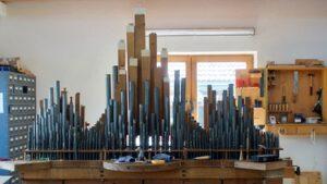 Orgelpfeifen auf der Windlade